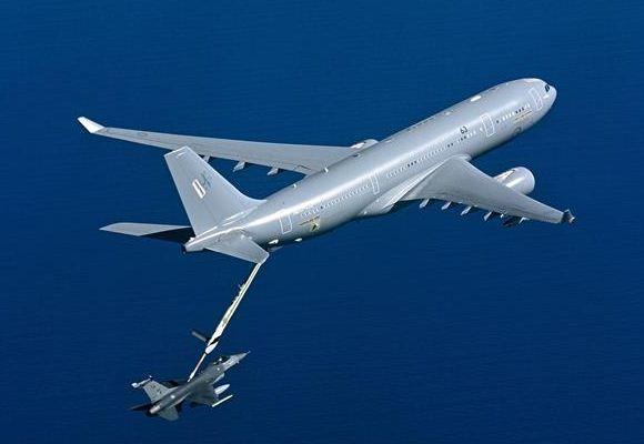 Airbus MRTT AU Australia mengisi bahan bakar F-16