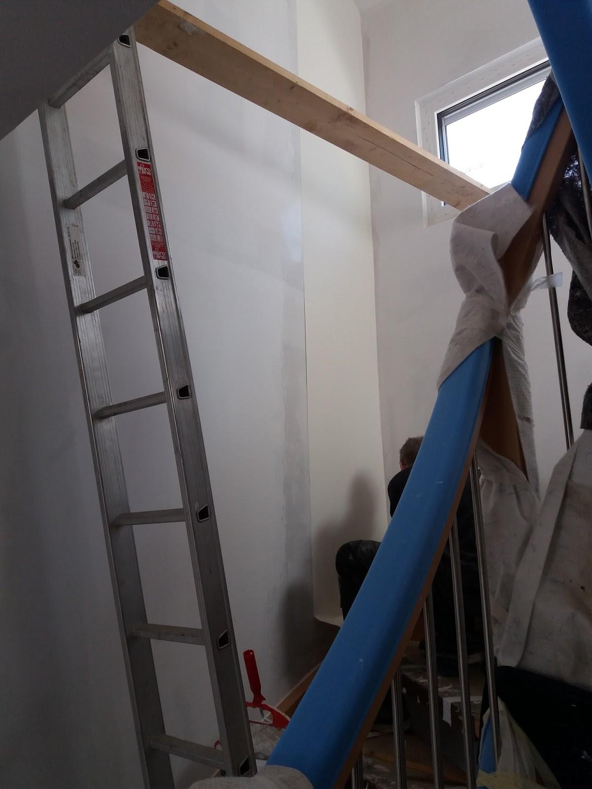 Das Tapezieren An Der Treppe War Ein Kleines Abenteuer.