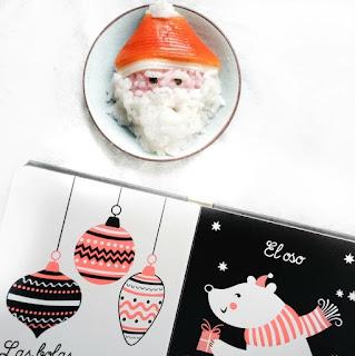 La cara de Papá Noel hecha con arroz, el arroz rosa es la piel y el blanco la barba, la locha de cangrejo es el gorro rojo