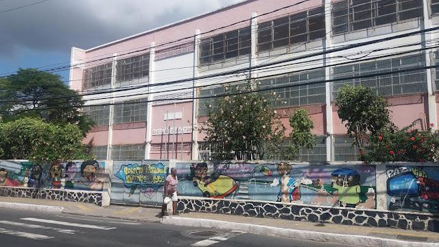 Bem que o estado poderia melhorar a fachada dessa Escola