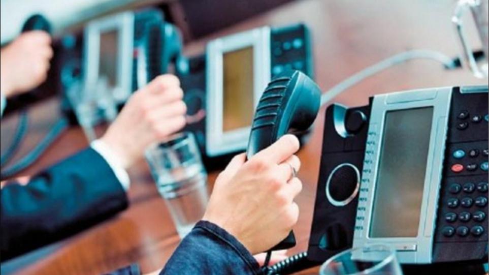 Δικαστήριο επιδίκασε αποζημίωση 2.000 ευρώ σε πολίτη που δεχόταν επανειλημμένες κλήσεις, ενώ είχε ζητήσει να τον διαγράψουν από τα μητρώα της εταιρείας Αποζημίωση 2.000 ευρώ καλείται να πληρώσει - με βάση δικαστική απόφαση- σε καταναλωτή μια επιχείρηση, η οποία προέβαινε σε τηλεφωνικές κλήσεις για διαφημιστικούς σκοπούς, παραβιάζοντας τον νόμο για τα προσωπικά δεδομένα.  Η σημαντική απόφαση που αφορά σε μεγάλο αριθμό καταναλωτών, εκδόθηκε από το Ειρηνοδικείο, όπου προσέφυγε ο εν λόγω πολίτης, γιατί δεχόταν επανειλημμένες διαφημιστικές κλήσεις, παρά το γεγονός ότι, με βάση τη νομοθεσία, είχε ζητήσει εγγράφως και με e-mail να διαγραφεί από τα σχετικά μητρώα της διαφημιζόμενης εταιρείας.  Όπως αναφέρει η εφημερίδα «Τα Νέα», σύμφωνα με όσα περιγράφονται στις σελίδες της δικαστικής απόφασης, η εναγόμενη επιχείρηση με την τακτική που ακολούθησε προσέβαλε κατ' επανάληψη την προσωπικότητα του κατόχου του τηλεφωνικού αριθμού «στη σφαίρα της πληροφοριακής του αυτοδιάθεσης και της ιδιωτικότητάς του καθώς και στο δικαίωμα που του αναγνωρίζει ο νόμος να μην καθίστανται τα προσωπικά του δεδομένα, αντίθετα προς τη βούλησή του, αντικείμενα παράνομης επεξεργασίας από εταιρείες και τους εκπροσώπους τους».  Στην προκειμένη υπόθεση, η εναγόμενη εταιρεία, το χρονικό διάστημα από 17/1/2018 έως 28/02/2020 καλούσε τον συγκεκριμένο κάτοχο του τηλεφωνικού αριθμού για να προωθήσει τις εμπορικές υπηρεσίες της, παρά το ότι εκείνος με αίτησή του είχε ήδη ζητήσει από τους τηλεφωνικούς παρόχους την ένταξη των τηλεφωνικών αριθμών του στο μητρώο καταναλωτών οι οποίοι δεν επιθυμούν να δέχονται τηλεφωνικές κλήσεις για διαφημιστικούς σκοπούς.  Επιπλέον είχε ζητήσει, τόσο προφορικά, όσο και γραπτώς από τους εκπροσώπους της εναγόμενης επιχείρησης να μην τον ξαναενοχλήσουν «προξενώντας έτσι σε αυτόν ψυχική αναστάτωση και απώλεια του προσωπικού και εργασιακού χρόνου του, προκειμένου να απαντήσει στις κλήσεις τους, καθόσον η διεύθυνση κατοικίας του αποτελεί και επαγγελματική έδρα».  Ο ενάγων σύμφωνα με «Τα 