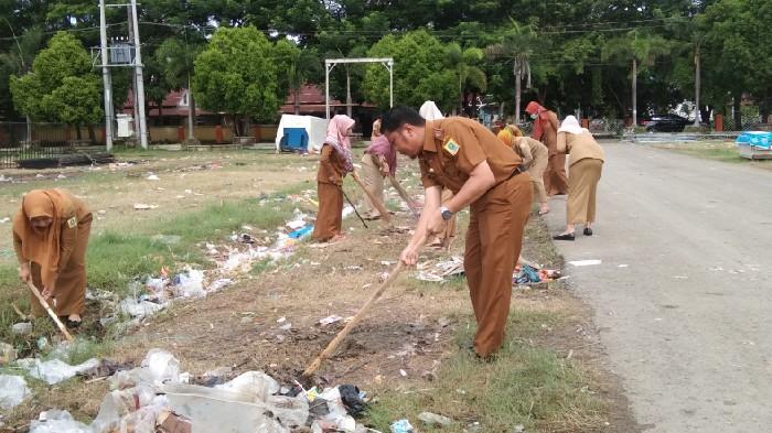 Kadis Kominfo Pimpin Kerja Bakti di Lapangan Sinjai Bersatu