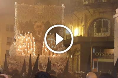 Revirá de la Esperanza de Triana en la Madrugá de Sevilla del año 2016 durante la Semana Santa antes de entrar en Campana