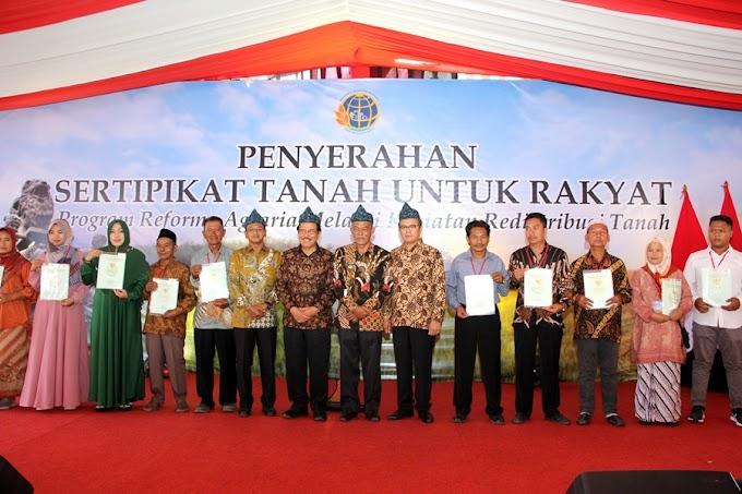 Menteri ATR/BPN Menyerahkan Sertifikat Tanah