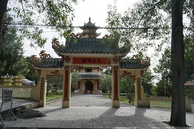 Một ngôi chùa ở dọc đường leo bộ lên đỉnh núi