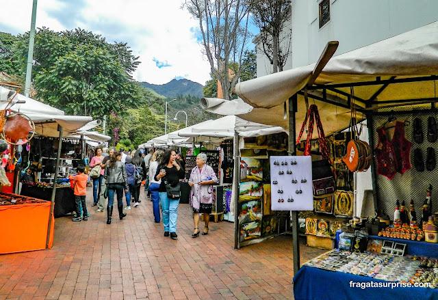 Barracas de artesanato na Feira de Usaquén, Bogotá