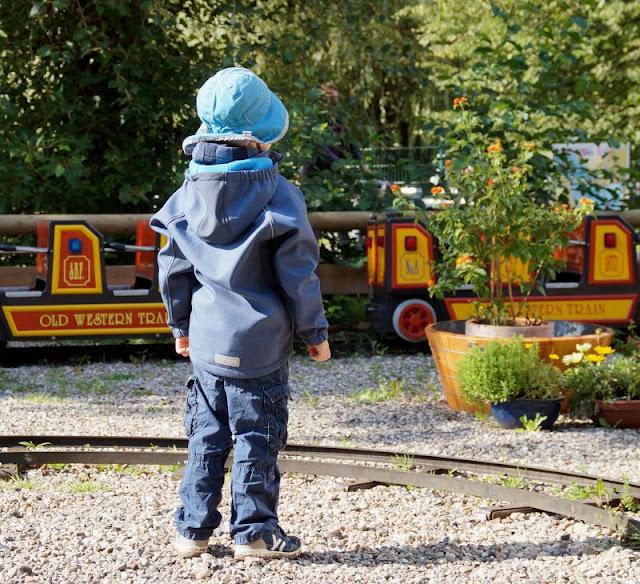 #Familienmoment Nr. 63: Wenn schüchterne Kinder energisch werden. Auf Küstenkidsunterwegs erzähle ich Euch von unserem großen Jungen, der sich sonst immer zurückhält, aber plötzlich für sich einstand, als er unbedingt Eisenbahn fahren wollte.