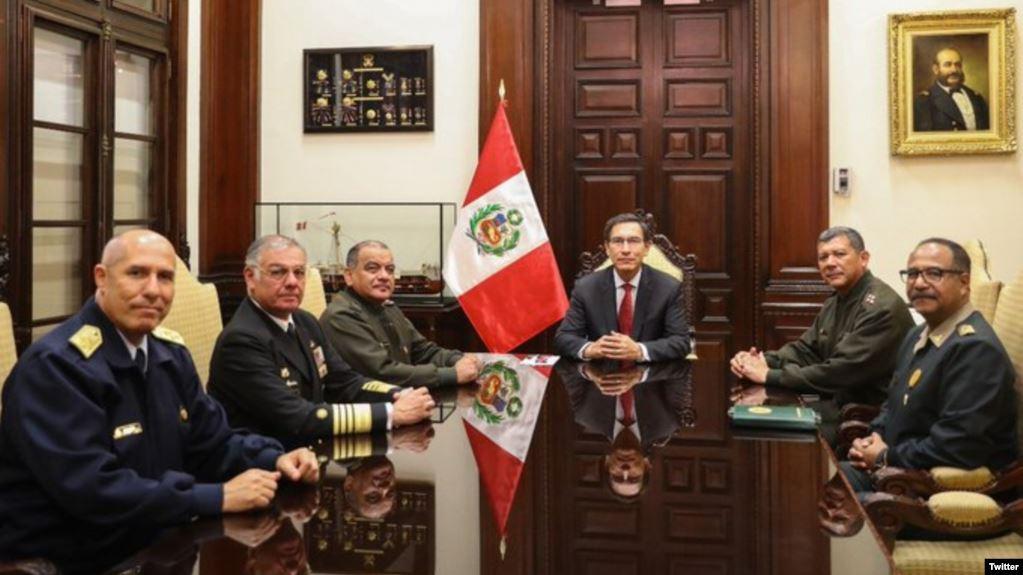 En una fotografía divulgada en la cuenta de Twitter de la presidencia de Perú, aparece el presidente Martín Vizcarra rodeado de miembros de la cúpula militar / TWITTER