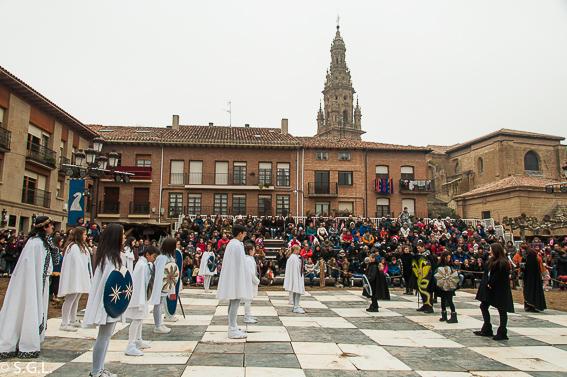 Ajedrez viviente en el mercado medieval en Santo Domingo de la Calzada. La Rioja