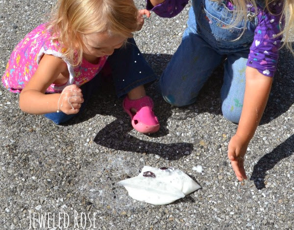 Wow the kids with this exploding baggie experiment perfect for Halloween.  Make ghosts and pumpkins explode using a sidewalk chalk recipe. #explodingsidewalkchalk #explodingscienceexperiments #explodingbaggieexperiment #explodingbaggies #Halloween #Halloweenscience #halloweenexperimentsforkids #scienceexperimentskids #growingajeweledrose #activitiesforkids