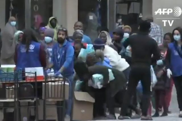 """""""Μάχη"""" μεταναστών στο Πόρτο Χέλι για τις προμήθειες και το συσσίτιο (βίντεο)"""