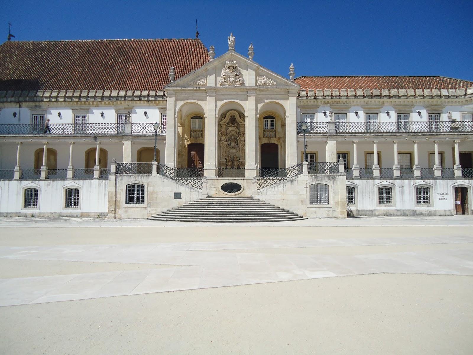 Fundada em 1290 por D. Dinis I a Universidade de Coimbra é a mais  #214F90 1600 1200