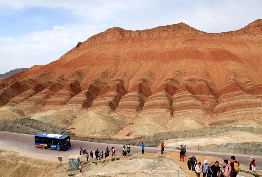 Туристы посещающие цветные скалы Чжанъе в Китае