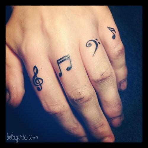 Un tatuaje en los dedos de notas musicales