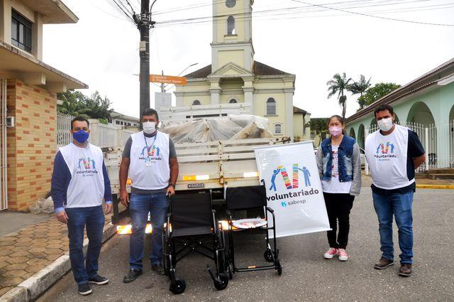 Voluntariado da Sabesp doa cadeiras de rodas e de banho ao Fundo Social de Registro-SP