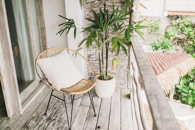 De drie beste en mooiste tuinstoelen die de tuin opfleuren. Een modieuze stoel op het terras met prachtig uitzicht