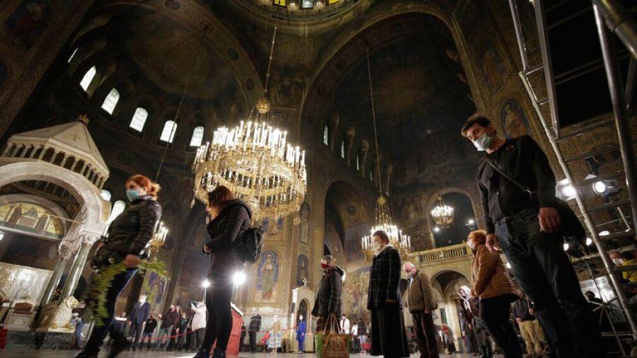 Εκατοντάδες πιστοί αψηφώντας τα μέτρα συνέρρευσαν σε εκκλησίες στη Βουλγαρία