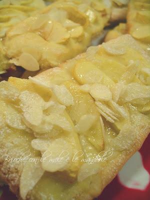 la ricetta ideale per la merenda o la colazione Semplice dolce lievitato con mele e mandorle