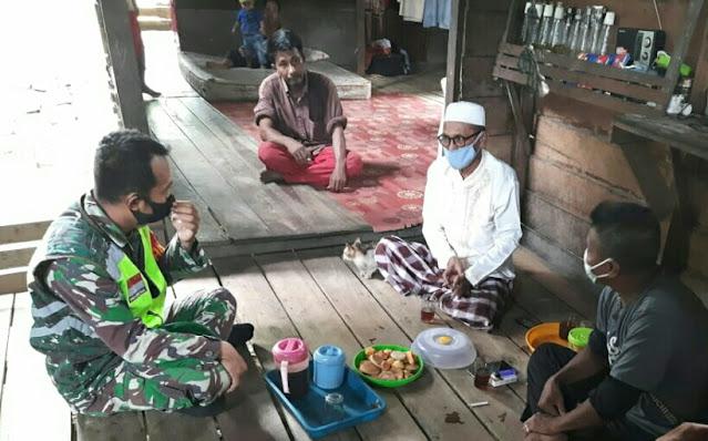 Babinsa Andi Hakim Sosialisasikan Aturan PPKM Level 3 Kepada Warga Desa Selemam