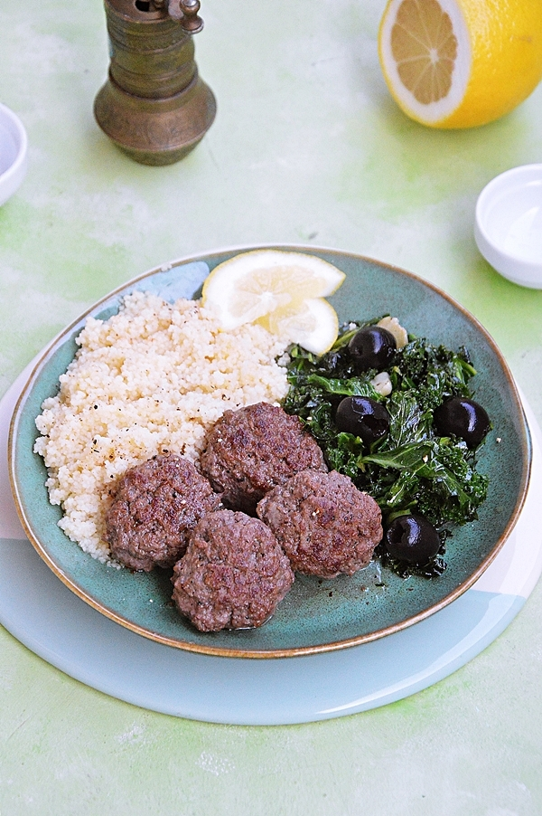Mielone kotleciki wołowe ze smażonym jarmużem i oliwkami