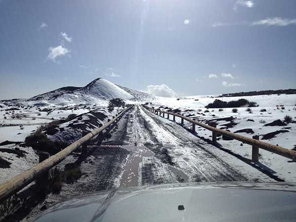 Dos personas rescatadas por Bomberos de Tenerife en Fasnia, atrapadas en la nieve con un vehículo, cerca de Izaña