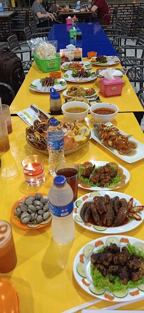 Warga Bekasi boleh berbahagia, karena In & Out Seafood sudah resmi dibuka