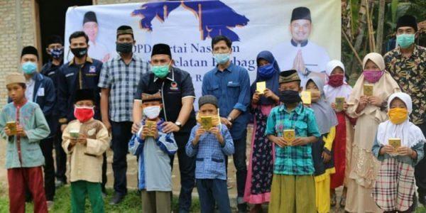 Anggota DPRD Provinsi Lampung Wahrul Fauzi Silalahi Bagikan Alqur'an di TPA Palambapang