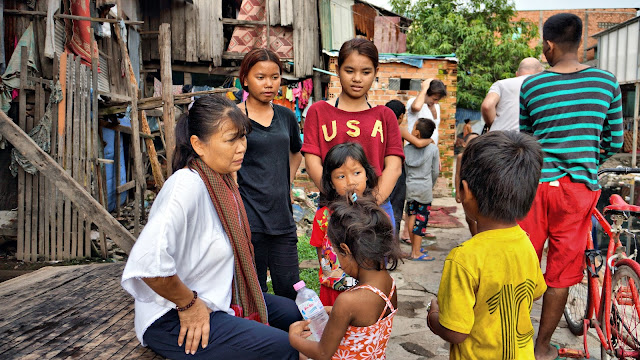 Kattia Huy écoutant les enfants parler de leur vie dans le bidonville