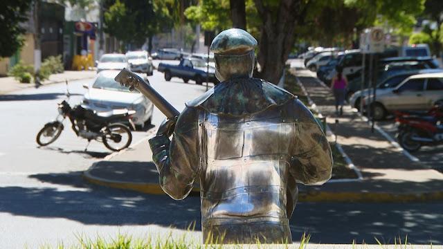 Estátua do primeiro palhaço negro do Brasil é pichada com símbolo da suástica nazista