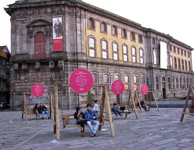 bancos de balançar de madeira com instalações que lembram as camélias