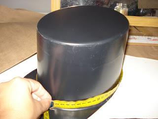 corte um retângulo com as medidas da cartola e faça um molde com a aba e  com o topo da cartola corte 2x a aba e 1x o topo d4544cb9f0f