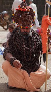 sadhu usando sementes de rudraksha