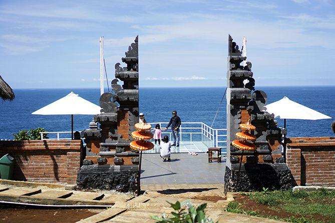 Pengunjung sedang berfoto di Teras Kaca Gunungkidul