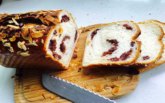 Almond toast with bananas
