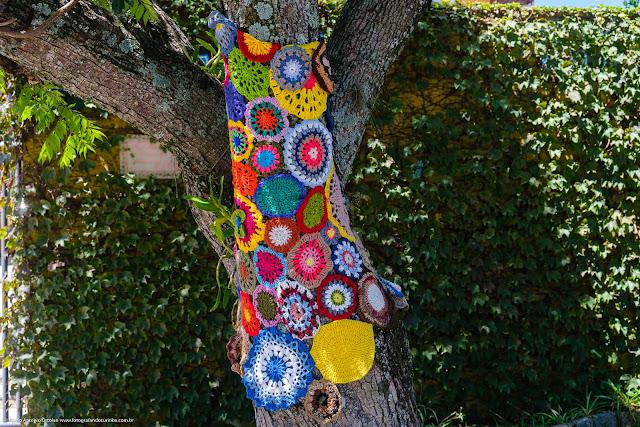 Instalação em crochê em uma árvore