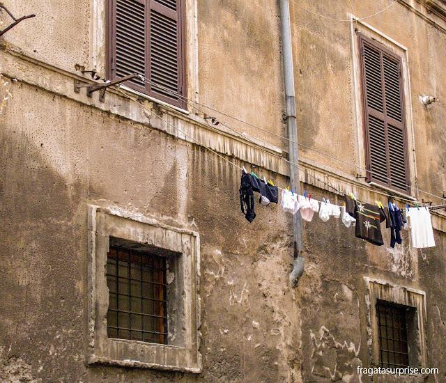 Varal de roupas em uma fachada do Trastevere, Roma