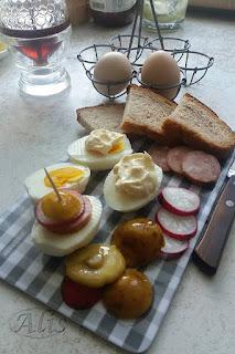 jajko z majonezem, jajko z dodatkami, podgrzybek, rzodkiewka, kiełbasa