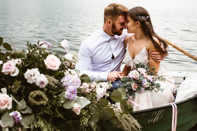 Stylizowana sesja zdjęciowa, Młoda Para w łodzi przystrojonej kwiatami, sesja zdjęciowa, romantyczny rejs, podróż poślubna, sesja ślubna, małżeństwo, talk about love
