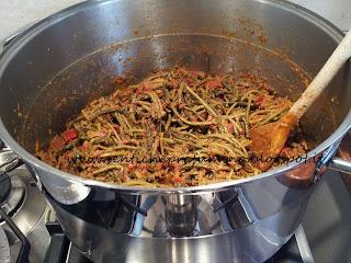 """Fagiolini """"serpentini"""" rifatti con il pomodoro e gli odori"""