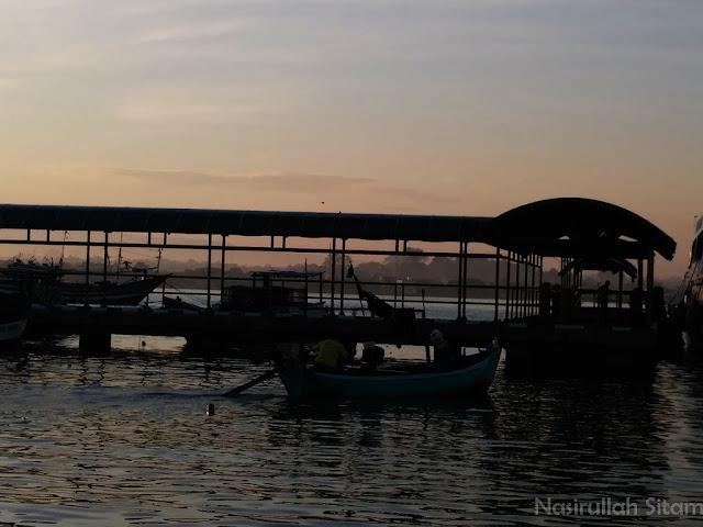 Kapal kayu melaju di perairan pantai Kartini