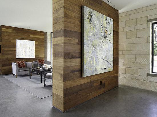 Bức tường hình khối bằng gỗ được trang trí bởi bức tranh nghệ thuật tạo không gian tinh tế.
