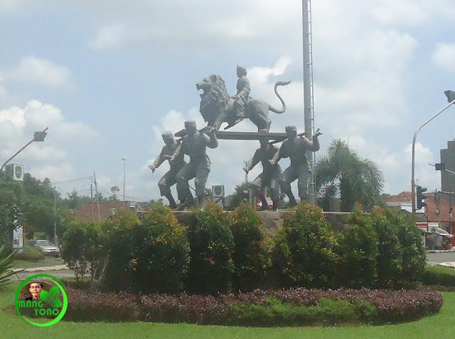 Patung Sisingaan di perempatan depan Wisma Karya, Subang, Jawa Barat, Indonesia. Foto jepretan admin 09/03/2016