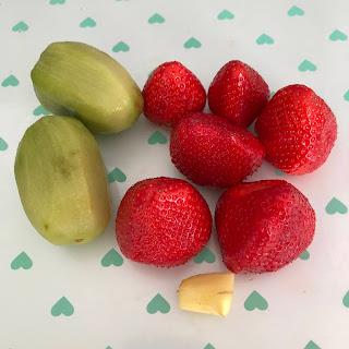 Ingrédients smoothie fraises kiwis et gingembre