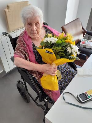 Mercè amb un ram de flors
