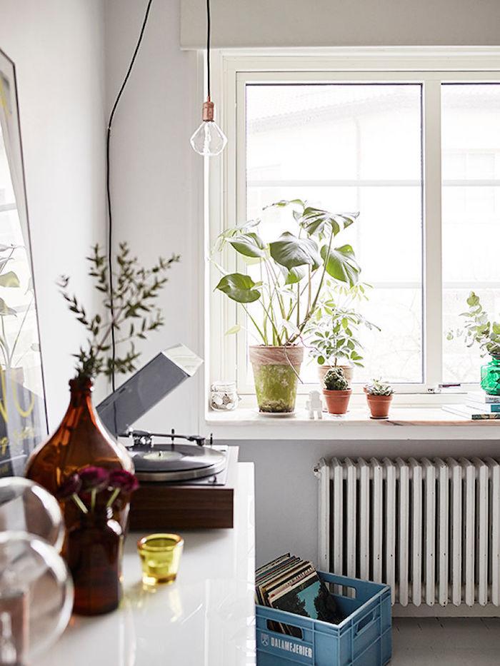 salón comedor de piso pequeño con elementos de reciclaje