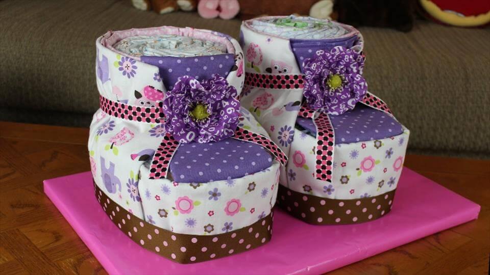 ideias para cha de bebe-viagem de criança-Awesome-Baby-Booties-Diaper-Cake-bolo de fraldas-bolo de cha de bebe-bolo fralda-modelos de fraldas-decoracao cha de bebe-bolos decorados cha- fralda-cha de bebe-pacote de fralda-gravidez-gestação-maternidade