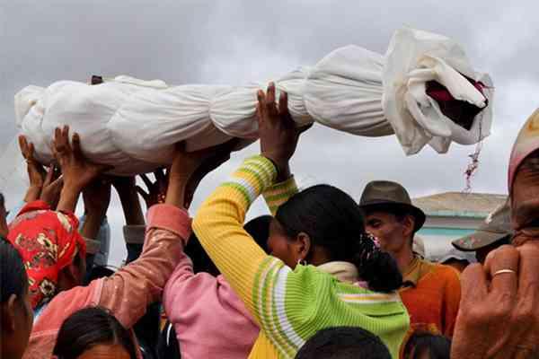 Ritual Upacara Pemakaman Famadihana