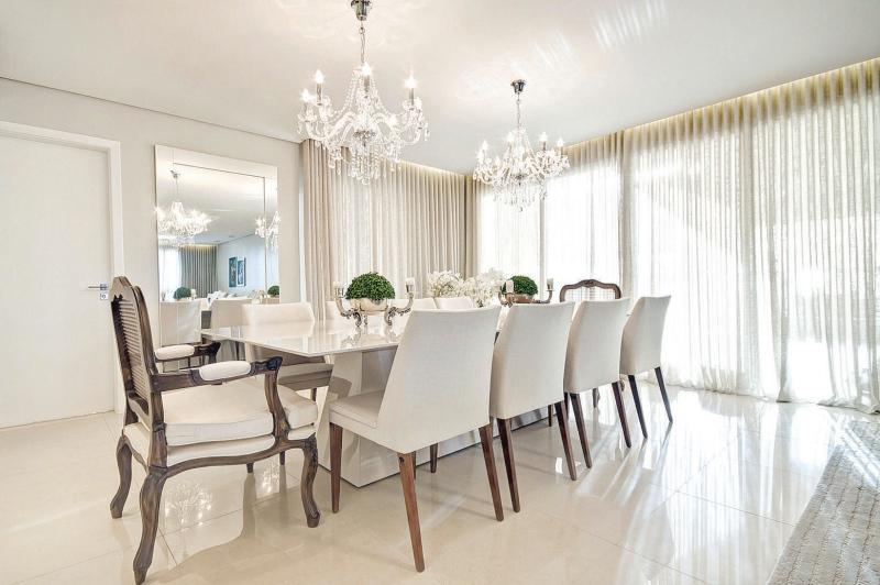 Lustre Para Sala De Jantar Grande ~  da mesa retangular branca e de um lustre grande de cristal no centro