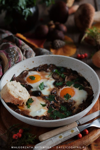 przepis na szakszukę, przepis na leśne grzyby, co zrobić z grzybów, jajka gotowane w grzybach, daylicooking