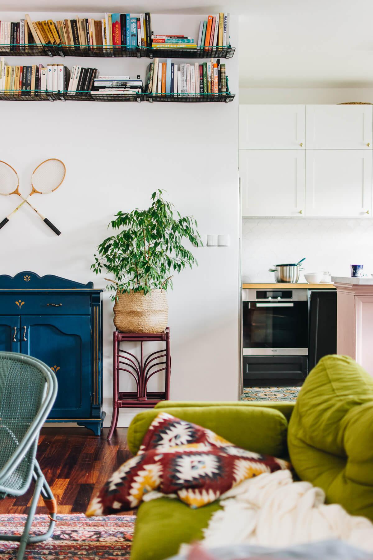 eklektyczny salon łączący kolory, styl vintage i boho